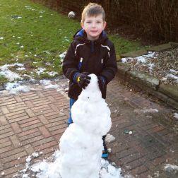 Miko og Christian har bygget en søpapegøje i sne
